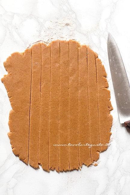 Tagliare le strisce decorative - Ricetta Crostata integrale