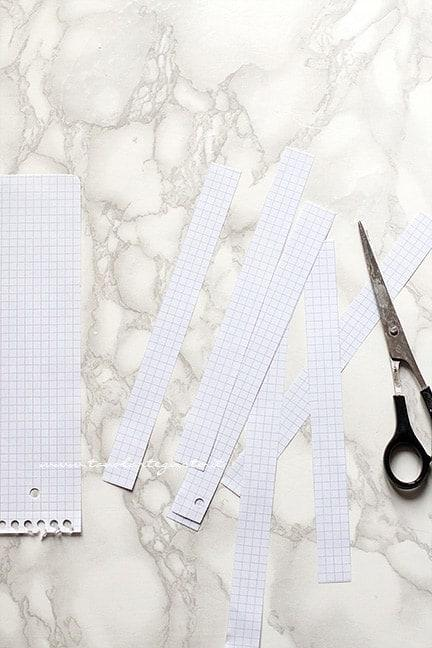 Tagliare le strisce di carta per fare la decorazione - Ricetta Rotolo alla Nutella