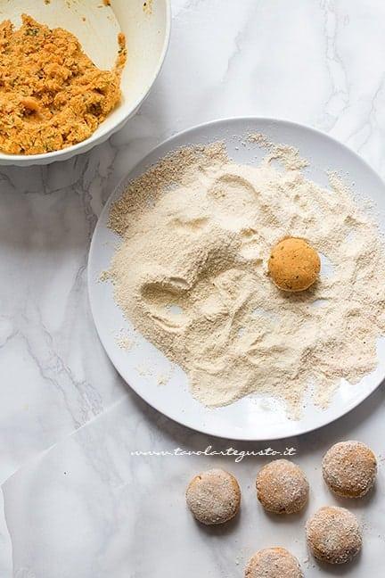 formare le polpette e passarle nel pan grattato - Ricetta Polpette di ceci