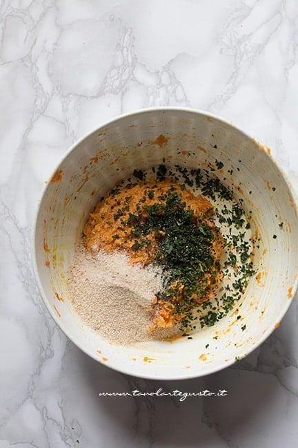 frullare ceci e verdure e unirli agli altri ingredienti - Ricetta Polpette di ceci