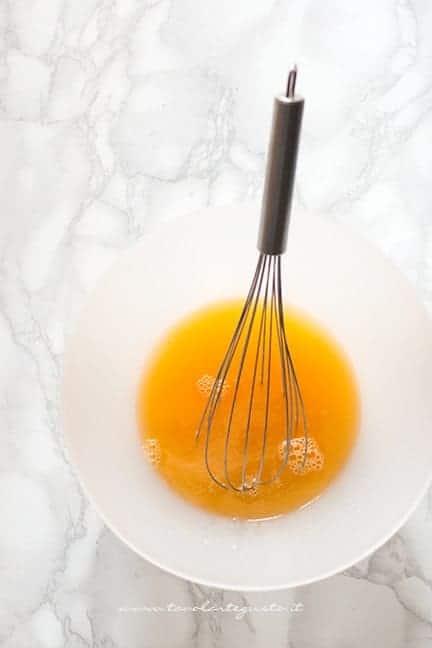 mescolare acqua e succo d'arancia - Ricetta Torta di carote soffice e vegan
