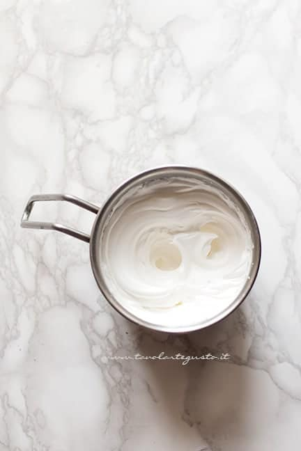 montare a neve ferma gli albumi - Ricetta Macarons