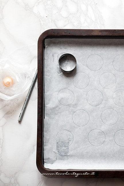 realizzare dei cerchi su carta da forno - Ricetta Macarons