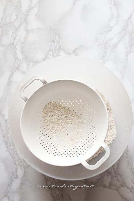 setacciare le farine - Ricetta Macarons