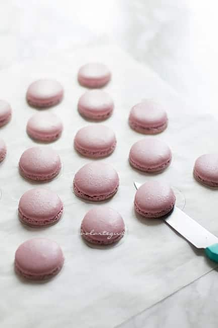 staccare i macarons senza romperli - Ricetta Macarons