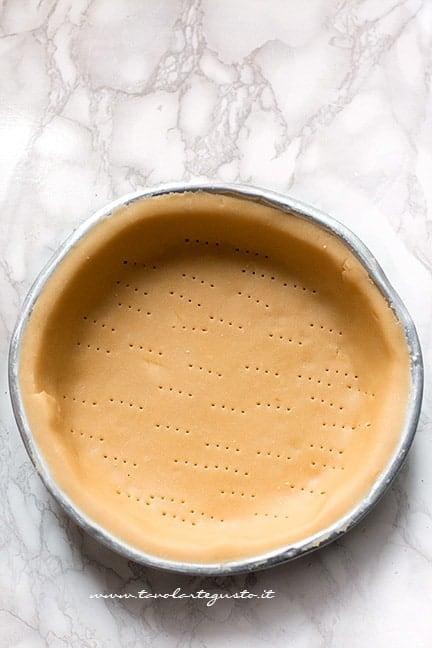 stendere il guscio di frolla in uno stampo per pastiera - Ricetta Pastiera Salata