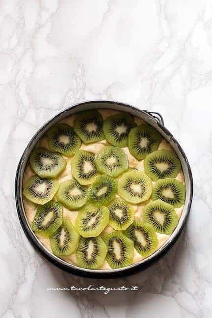 torta di kiwi pronta per essere infornata - Ricetta Torta al kiwi