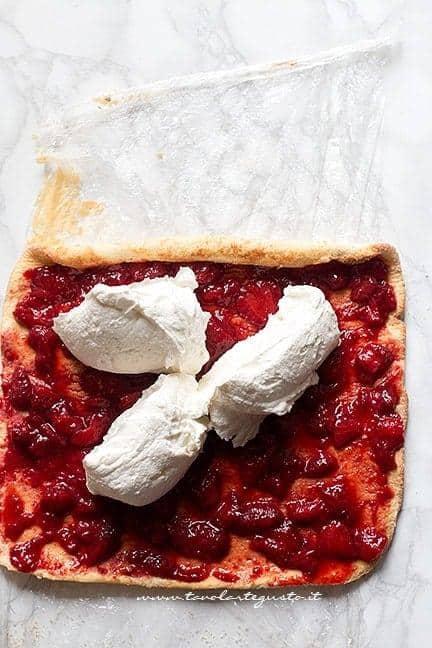 Aggiungere la crema al mascarpone - Ricetta Rotolo alle fragole