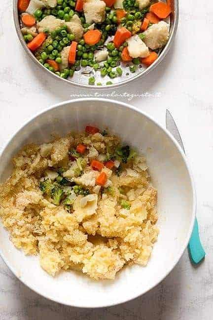 Aggiungere le verdure cotte al composto - Ricetta Hambuger di verdure - Hamburger vegetariani
