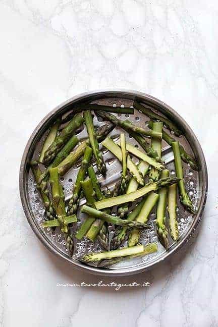 Asparagi tagliati - Ricetta pizza con asparagi