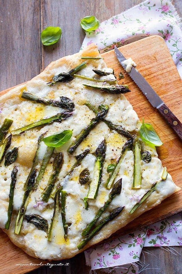 Fette di pizza agli asparagi - Ricetta pizza con asparagi