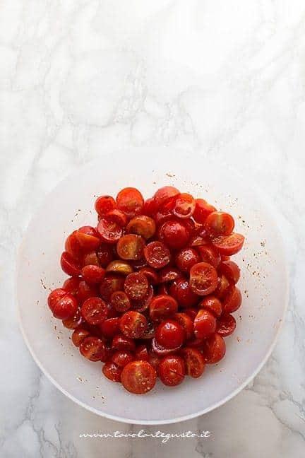 Insaporire i pomodorini - Ricetta Focaccia barese