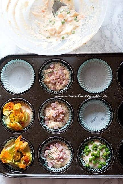 Inserire l'impasto nei pirottini - Ricetta Muffin salati