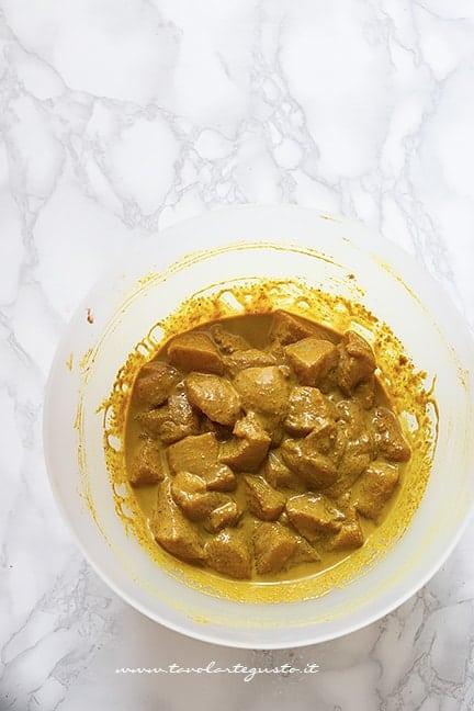 Marinare il pollo nella salsa al curry - Ricetta pollo al curry