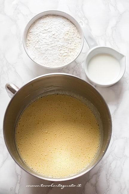 Montare uova, zucchero e aromi - Ricetta Ciambellone