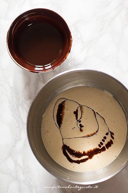 Sciogliere burro e cioccolato e aggiungerlo alle uova montate - Ricetta Plumcake al cioccolato
