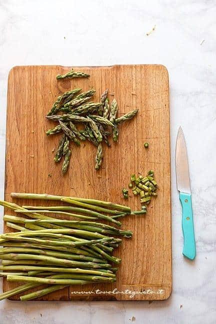 Tagliare i gambi di asparagi e mettere da parte le punte - Ricetta Pasta con asparagi