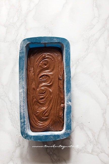 Trasferire l'impasto in uno stampo da plumcake - Ricetta Plumcake al cioccolato