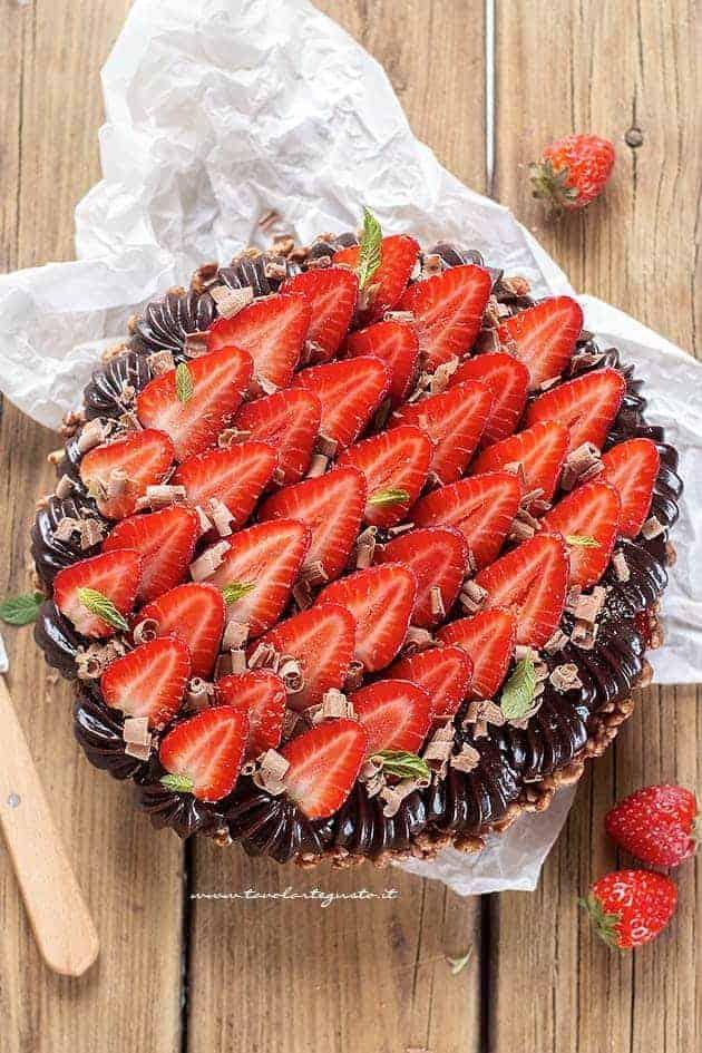 decorare la crostata cioccolato e fragole - Ricetta Crostata cioccolato e fragole