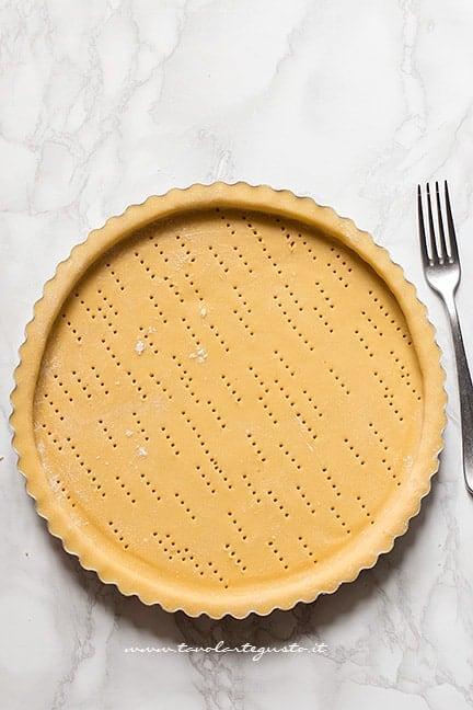 stendere la pasta frolla nello stampo per crostata - Ricetta Crostata di frutta