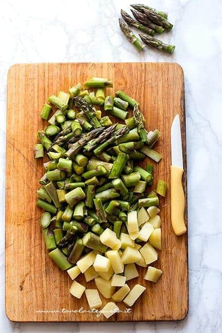 tagliare asparagi e patate - Crema di asparagi