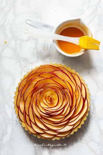 Pennellare le mele con marmellata - Ricetta Crostata di mele