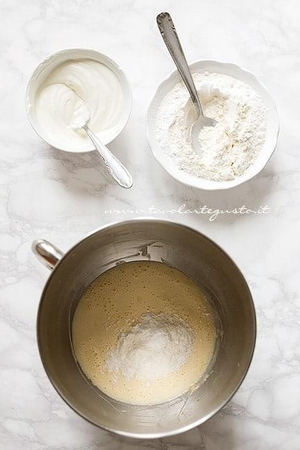 Preparare l'impasto - Torta yogurt e fragole