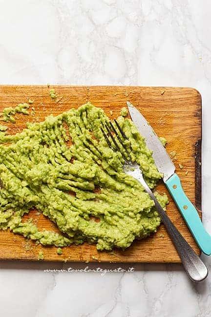 Realizzare la crema di avocado - Ricetta Guacamole