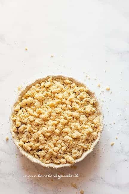 Ricoprire le ciliegie di briciole - Ricetta Crumble di ciliegie
