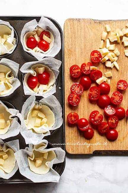 farcire le crostatine salate con pomodorini e scamorza