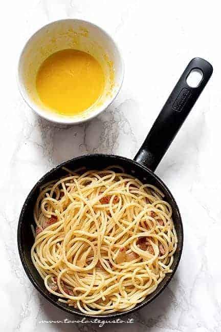 mantecare gli spaghetti e aggiungere la crema di uova - Ricetta Spaghetti alla carbonara