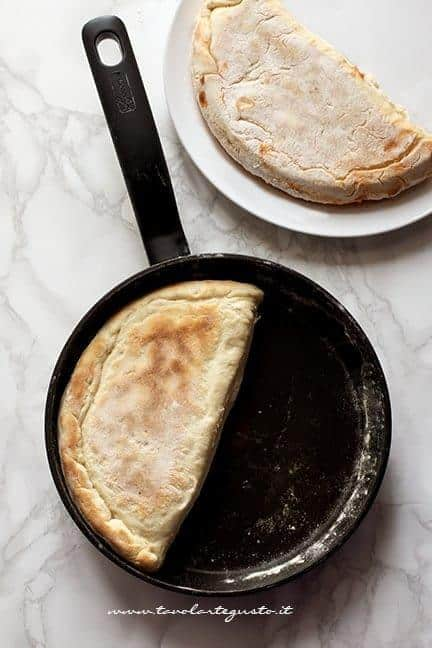 ultimare la cottura dei calzoni in padella - Ricetta Calzoni in padella