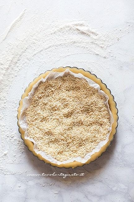 Cuocere in bianco il guscio della crostata - Ricetta Lemon meringue pie