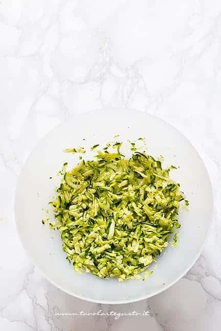Grattugiare le zucchine - Ricetta Risotto con zucchine