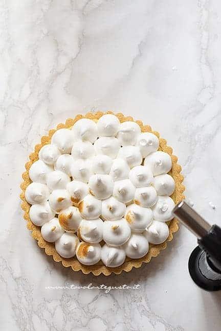 aggiungere la meringa a ciuffi e abbrustolire -Ricetta Lemon meringue pie