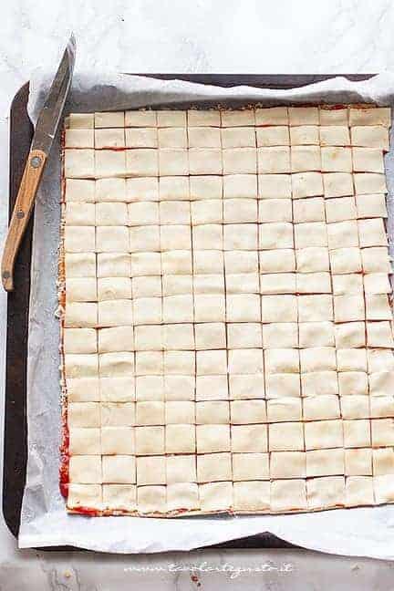 intagliare una griglia con tanti quadratini - Ricetta Stuzzichini per Aperitivo