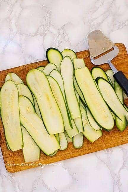 Affettare le zucchine - Ricetta parmigiana di zucchine