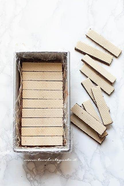 Alternare uno strato di wafer e uno di cremoso - Ricetta Semifreddo al cioccolato