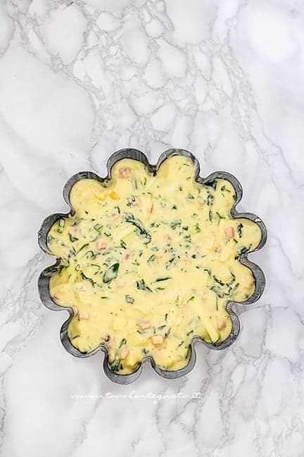 Versare il composto in teglia - Ricetta Torta 7 vasetti salata