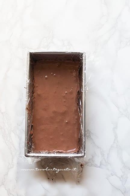 versare il cremoso nello stampo - Ricetta Semifreddo al cioccolato
