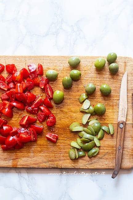 Affettare pomodorini e olive - Ricetta Insalata di riso