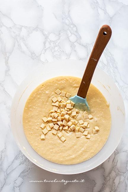 Aggiungere il cioccolato bianco - Ricetta Ciambella al cocco