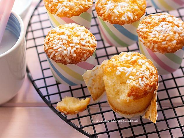 Muffin allo yogurt sofficissimi - Ricetta Muffin allo yogurt-