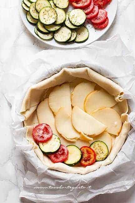 aggiungere uno strato di scamorza e poi le verdure - Torta salata zucchine e pomodori