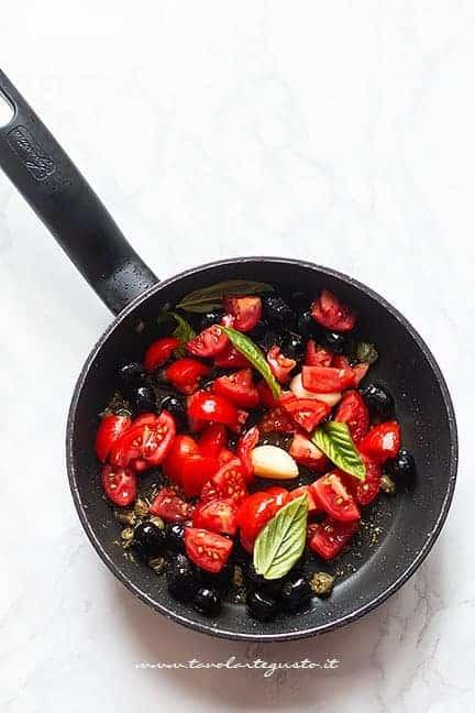 cuocere il sugo di pomodoro, olive e capperi - Ricetta Melanzane ripiene