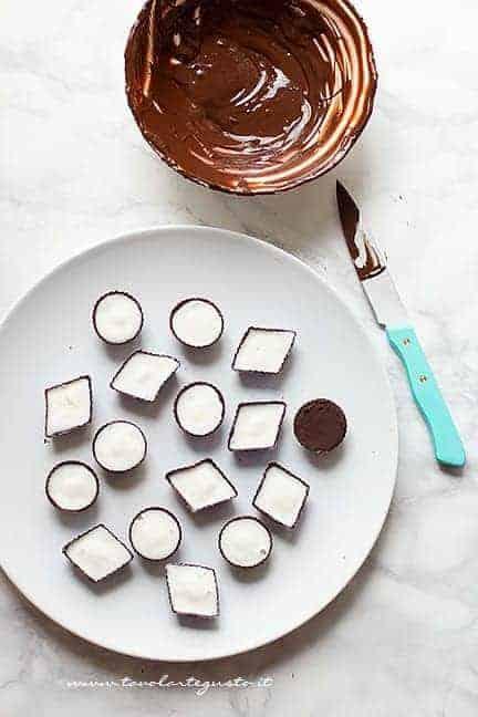 ricoprire i bon bon di cioccolato - Ricetta Gelato Bomboniera