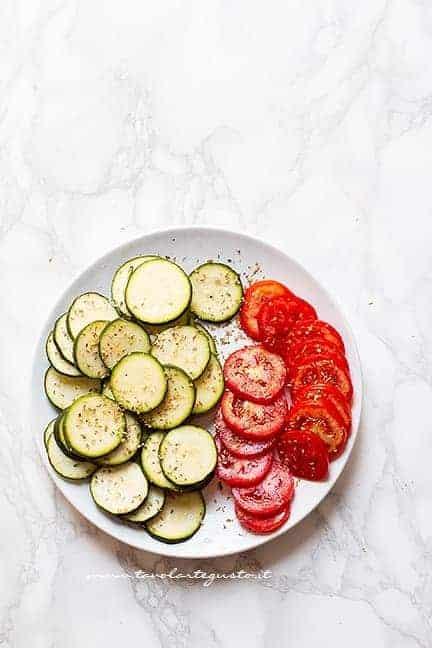 tagliare a fette le zucchine e i pomodori - Ricetta Torta salata zucchine e pomodori