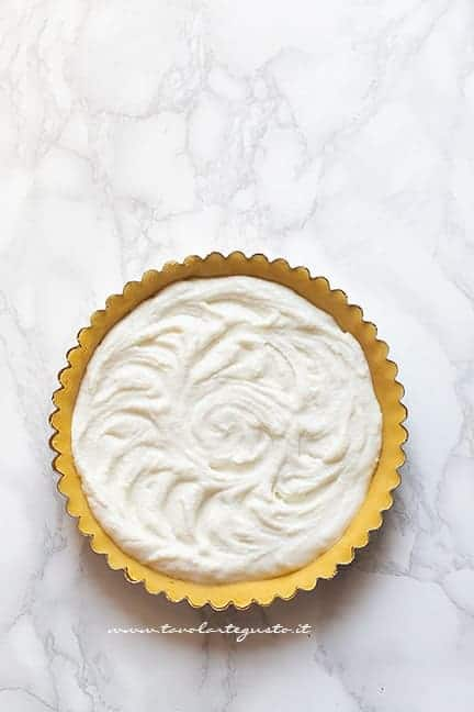 Aggiungere il ripieno di crema di ricotta - Ricetta crostata ricotta e visciole
