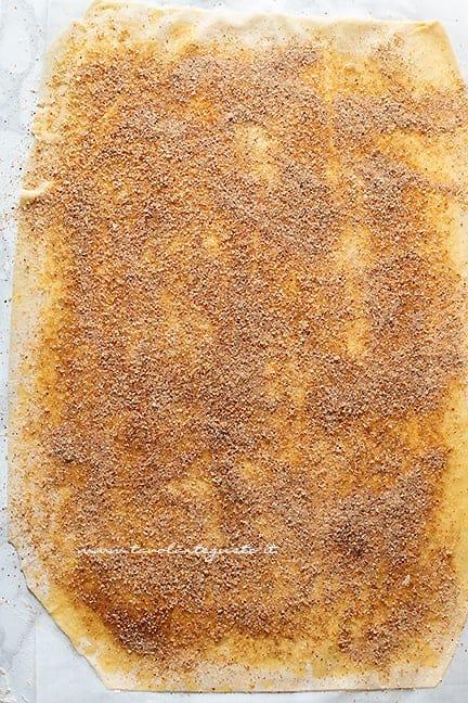 aggiungere il burro fuso e pan grattato - Ricetta Strudel di mele