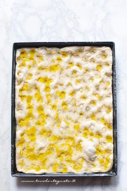 aggiungere la salamoia - Ricetta Focaccia genovese